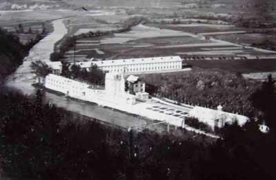 Сградите, влизащи в индустриалния комплекс на Иван х. Беров. Личат си парка, къщата за гости (най-високата сграда), фабричните помещения, жилищата на работниците, както и жилището на самия собственик.