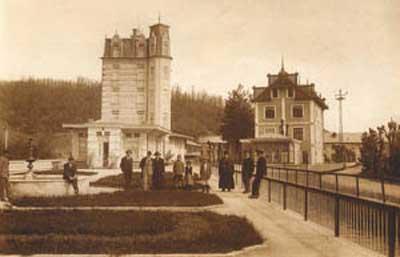 """Тук съвсем ясно се виждат """"къщата за гости"""" (високата сграда), домът на семейството на х. Беров и част от английския парк."""