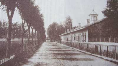 Изглед от жилищата на работниците във фабриката на х. Беров с част от алеите в парка.