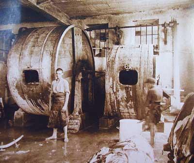 Интериор на помещение за дъбене в кожарска фабрика.